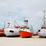barcos de pesca en la costa de arena — Foto de Stock