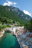 Holidaymakers on the riverside at summer Swiss Alps. — Stock Photo