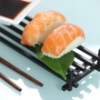 Raw salmon sat on ball of boiled rice - Foto Stock