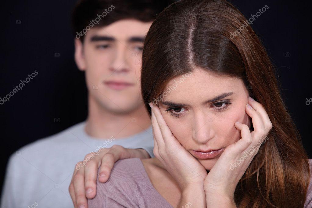 Клала свою руку ему на плечо