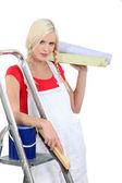Vrouw voorbereiden op een kamer wallpaper — Stockfoto