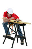 Man measuring wood — Stockfoto