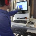 Muž stál počítač ovládaný tovární stroj — Stock fotografie