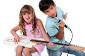 Barnen låtsas vara i ett band — Stockfoto