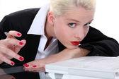Znudzony blond recepcjonistka — Zdjęcie stockowe