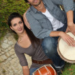 Couple playing the drums outside - Foto Stock