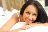 Donna bruna a letto — Foto Stock