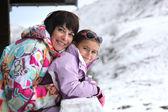 Mère et fille que se tenait par chalet — Photo