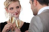 Iki şampanya içmek — Stok fotoğraf