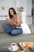 женщина охлаждения выход на диване — Стоковое фото