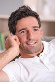Homem em casa em uma chamada de telefone — Foto Stock