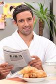 завтрак с газетой — Стоковое фото