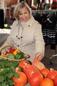 Meyve market alış kadın — Stok fotoğraf