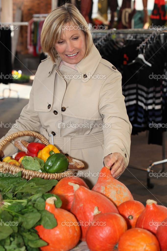 Woman buying fruit at the market  Stock Photo #10120771