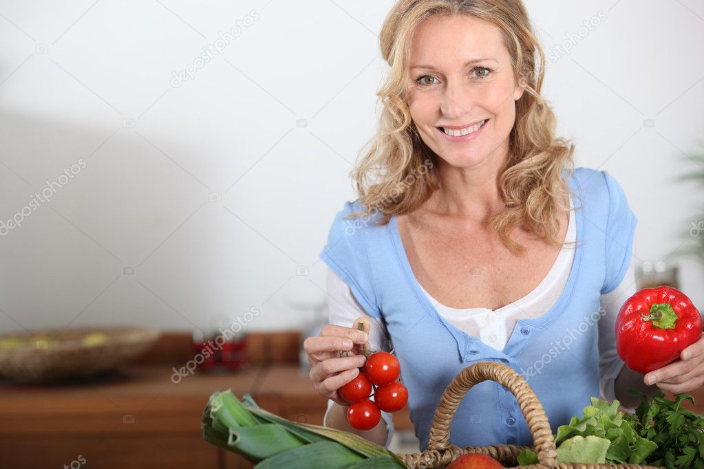 Wife holding pepper and tomatoes — Stock Photo #10154287