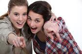 Dva přátelé ukazuje na kameru. — Stock fotografie