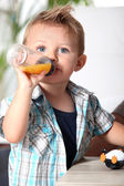 Pojke med nappflaska — Stockfoto