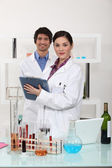 Man and woman in science laboratory — Foto Stock