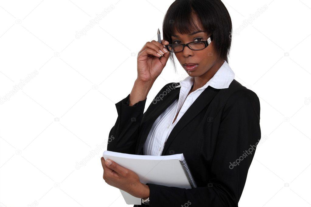 portrait de femme d 39 affaires noir avec des lunettes abaiss tenue pour ordinateur portable. Black Bedroom Furniture Sets. Home Design Ideas