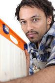 Man använder vattenpass för att kontrollera skåpdörren — Stockfoto