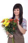 Florist förbereder bukett — Stockfoto