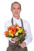 Erkek çiçekçi çiçek bir grup ile — Stok fotoğraf