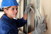 Tradeswoman installing electrical wiring — Stock Photo