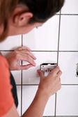 Vrouwelijke elektricien installeren een jack — Stockfoto