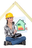 Female construction worker with an energy rating sign — Stock Photo
