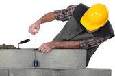Mason construir un muro de ladrillos — Foto de Stock