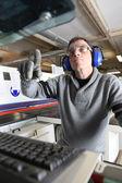 Человек, с помощью компьютера контролируемых фабрика машины — Стоковое фото