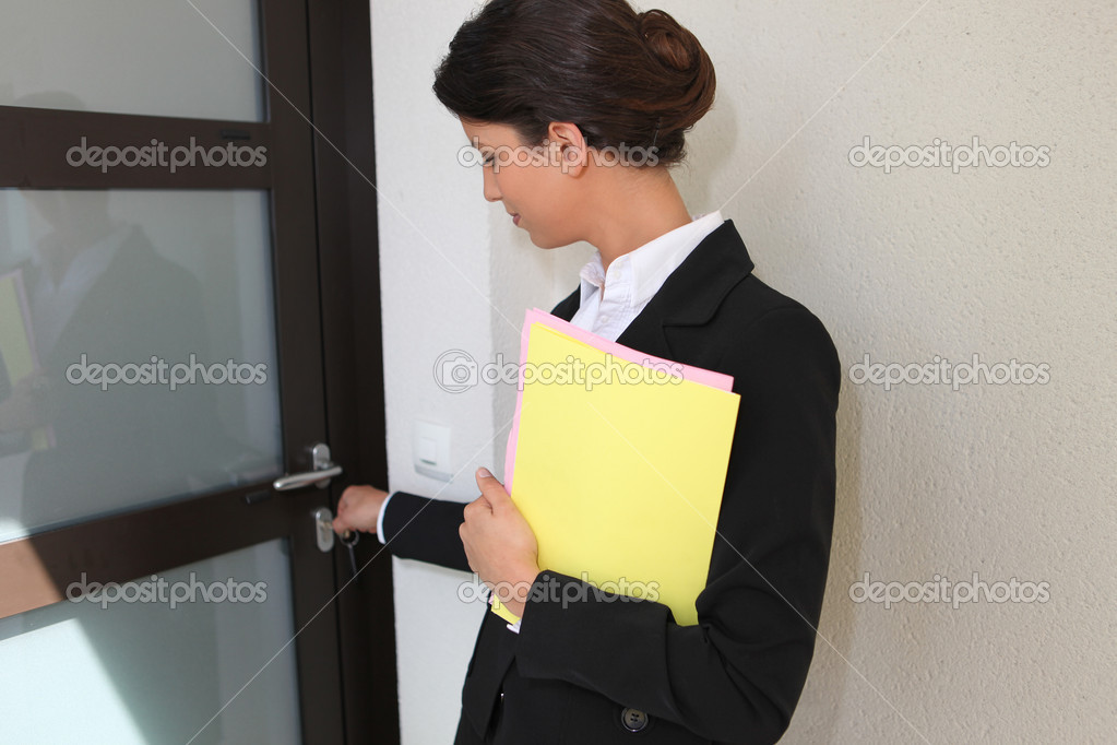 Estate agent opening a door — Stock Photo #10347892