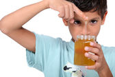 Boy playing with honey — Stockfoto