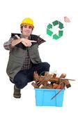 町人は箱の横にある折り敷きとリサイクルのシンボルを保持しています。 — ストック写真