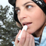 kvinnliga skidåkare använda läppbalsam — Stockfoto