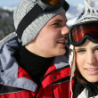 Foto Stock: Couple on romantic skiing holiday