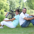Foto Stock: Couple sitting with bicycles