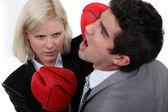 Vrouw uitvoerend ponsen haar collega. — Stockfoto