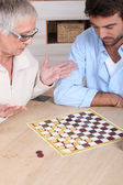 старшие женщины, игра в шахматы — Стоковое фото
