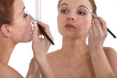 Woman applying eyeshadow — Stock Photo