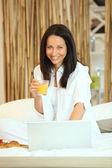 Kadın yatakta kahvaltı — Stok fotoğraf