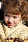 маленькая девочка носить вязаный перемычки — Стоковое фото