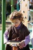 Jovencita jugando en el patio — Foto de Stock