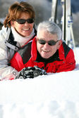 Paar spielen im Schnee — Stockfoto