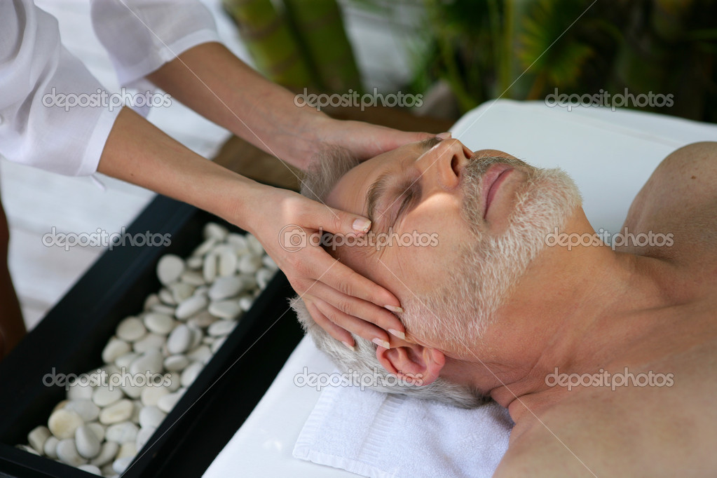 Man receiving head massage at day spa — Stock Photo #10383845
