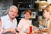 Rodina si jídlo společně — Stock fotografie