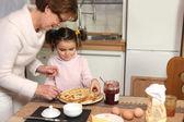 Madre preparar crepes con la niña — Foto de Stock