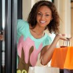 Pretty young woman shopping — Stock Photo