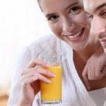 Couple drinking fruit juice — Stock Photo