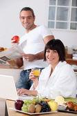 Couple having breakfast in the kitchen — Stockfoto